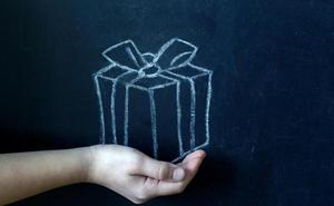 La moda de los regalos de padres a profesores: ¿peloteo o muestra de cariño?