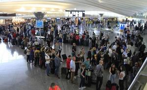 Convocan 14 días de huelga este verano en el aeropuerto de Bilbao