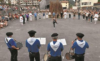 La corporación de Andoain baila la soka-dantza