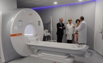 Urkullu agradece a Amancio Ortega la «inversión» en equipos para tratar a enfermos de cáncer en Euskadi