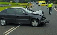 Tres heridos leves en una colisión entre dos vehículos en la N121A en Sunbilla