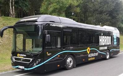 Agrede al conductor de un autobús de Euskotren en Zarautz al no pararse donde quería