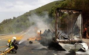 Cortada la N-121-A por el incendio de un camión cerca del túnel de Almandoz