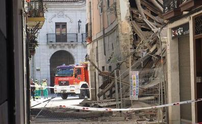 Desalojados cuatro portales por el derrumbe parcial de un edificio en el centro de Elgoibar