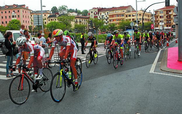 Los corredores en el primer paso por Irun y los dos primeros llegando a meta. /F. DE LA HERA