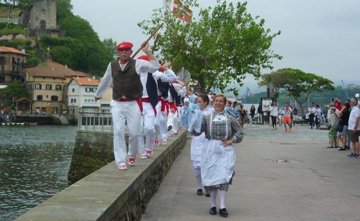 El desfile de iñudes y artzainas en Pasai San Pedro