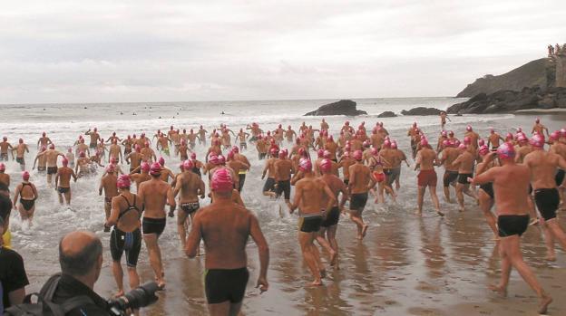 La playa Santiago de Deba volverá a acoger, este domingo, la travesía a nado o Itxasmila. / FOTOS A. SALEGI