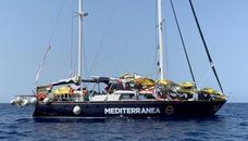 El barco de rescate 'Alex' atraca sin incidentes en el puerto de Lampedusa