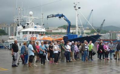 Varias parroquias de Gipuzkoa se concentran en apoyo al 'Aita Mari'