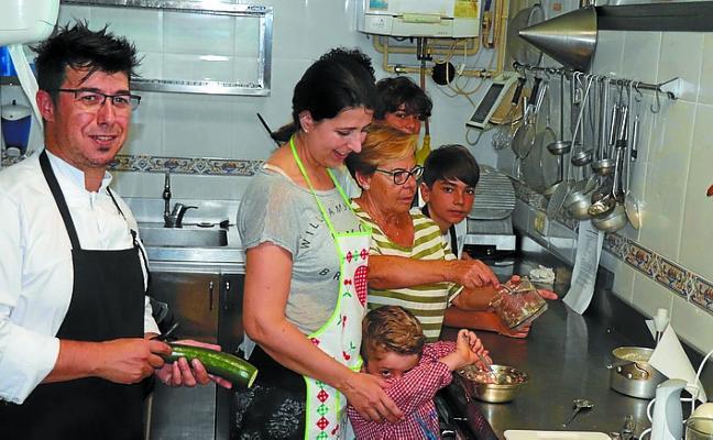 Han dado comienzo los talleres de julio de cocina en familia y de cuentacuentos