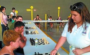 Judith Goenaga se enfrentó a 20 tableros a la vez en la plaza de Mendaro