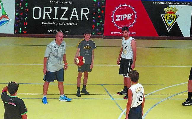 Clínic de baloncesto con Jaume Ponsarnau y Miguel Méndez en el polideportivo Aritzbatalde