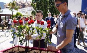 PP y EH Bildu de Ermua coinciden colocando la flor en el homenaje a Miguel Ángel Blanco