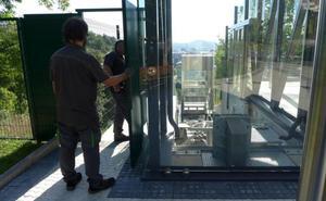La acción nocturna de los grafiteros desactiva una decena de veces el ascensor de Morlans