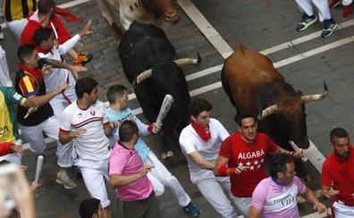 Multa de 4.000 euros a un corredor por agarrar al toro... y otras prohibiciones en el encierro de San Fermín