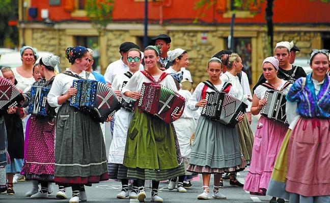 Erromeria Eguna llenó las plazas de música y danza