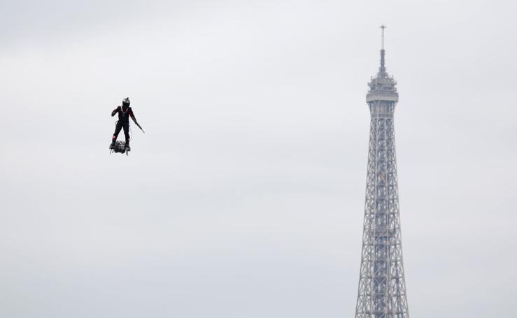 Un 'ovni' y la Torre Eiffel