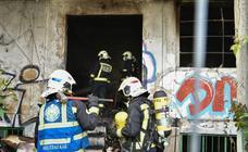 Un herido en el incendio de un abandonado en Donostia