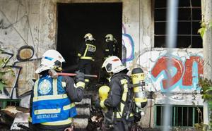 Dos personas evacuadas al hospital tras inhalar humo en el incendio de un pabellón abandonado en Donostia