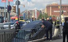 Se mete en el metro de Barcelona con su coche al confundirlo con un parking