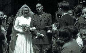 1939 | El novio, con uniforme militar, y la novia, de Balenciaga
