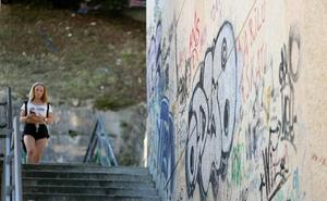 Pintadas en las escaleras de Azkuene