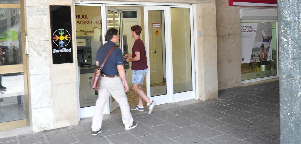 Asalta con una navaja la oficina de Caja Laboral en Astigarraga y se apodera de un botín de 2.000 euros