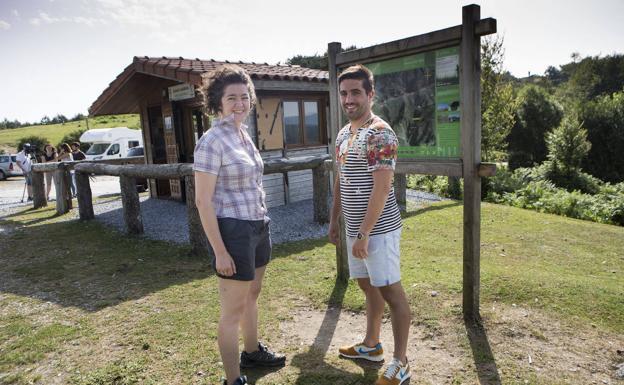 Urkiri Salaberria y Borja Olazabal, junto al punto de información de Lapurriturri./F. DE LA HERA