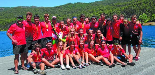Expedición de Santiagotarrak a Verducido, con las medallas obtenidas en el Campeonato de España./