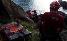 El helicóptero de la Ertzaintza rescata a un escalador herido en la bocana del puerto de Pasaia