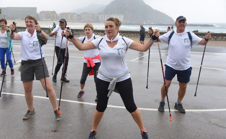 Bicis, patines y bastones bajo la lluvia