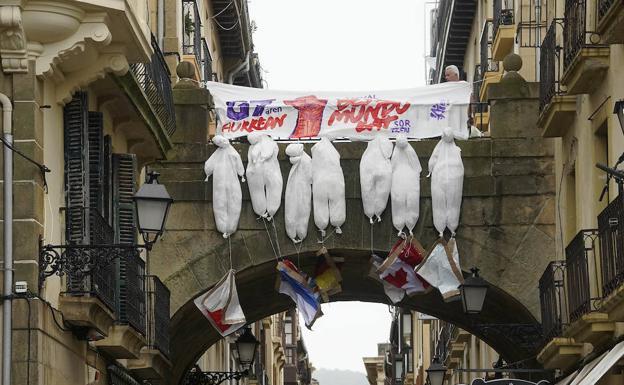 Un cartel contra el G-7 en la Parte Vieja donostiarra.