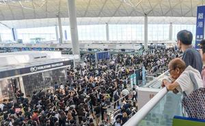 El aeropuerto de Hong Kong suspende todos sus vuelos por segundo día consecutivo