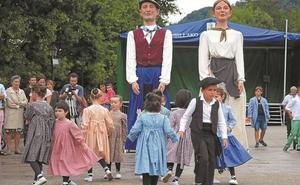 Los niños y jóvenes bailan en San Tiburcio