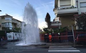 Espectacular fuga de agua en la calle Iruña de San Sebastián