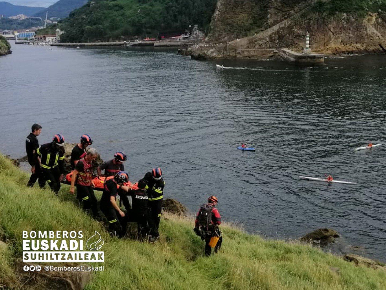 El helicóptero de la Ertzaintza rescata a una mujer de 68 años en una cala de Pasai Donibane