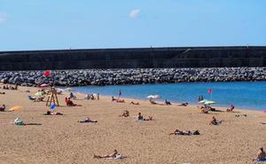 Reabren al baño las playas de Santiago en Zumaia, Gaztetape en Getaria y Saturraran en Mutriku