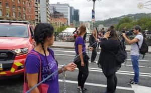 Un movimiento feminista corta el puente del Ayuntamiento en Bilbao para denunciar las agresiones sexistas