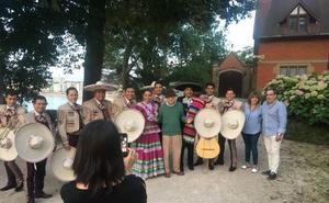 Woody Allen se despide de Donostia rodeado de mariachis