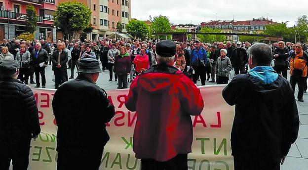 Concentración de pensionistas en la plaza San Juan. /   F. DE LA HERA