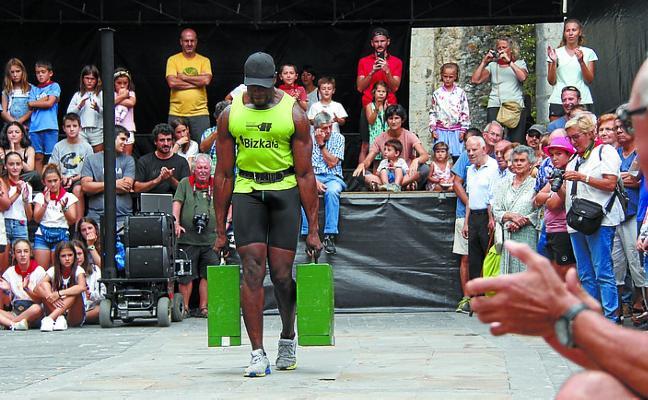 Ousmane Dramé bate el récord de txingas en Deba