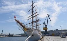 El crucero 'Sea Cloud II' atraca en el puerto de Pasaia