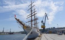 El 'Sea Cloud II' echa amarras en el puerto de Pasaia