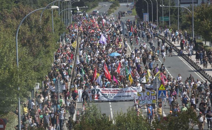 La marcha de la contracumbre G-7, en imágenes