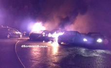 Un incendio deja 21 coches calcinados en una empresa de parking low cost del aeropuerto de Bilbao