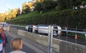 Rescatan a una mujer del interior de un vehículo tras volcar en el paseo de La Concha de San Sebastián