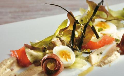 Receta de ensalada de crema de anchoa, salmón y algas de Martín Berasategui