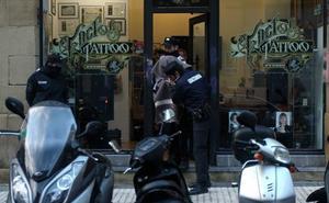 Comienza el juicio al tatuador acusado de abusar de clientas suyas en Donostia