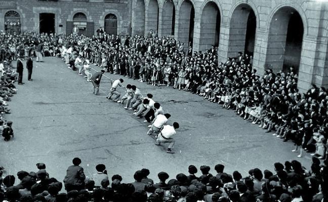 Competición de sokatira en la plaza San Martín, en 1920