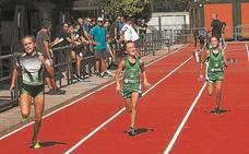 Atletas Argixao «anima» a los niños de la comarca a formar parte de la escuela de atletismo
